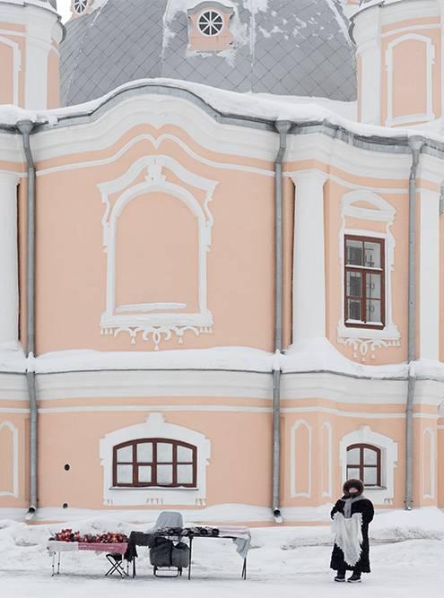 Торговка пуховыми платками у стен Воскресенского собора