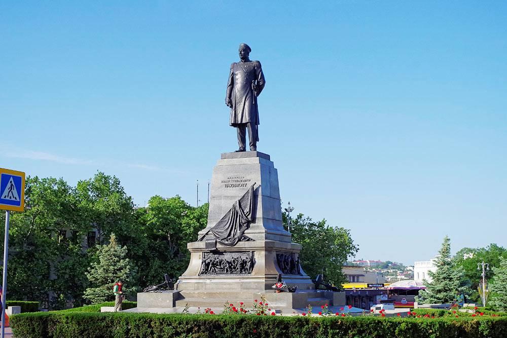 На постаменте памятника есть три горельефа — сцены сражений и Нахимов, беседующий с матросами. Фото: anedostup / Flickr