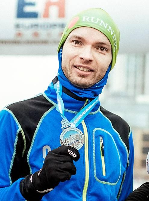 Александр с медалью финишера городского зимнего полумарафона в Екатеринбурге