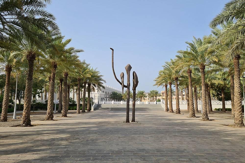 По пути на работу есть скульптура верблюда. Мы пока ни одного верблюда в Саудовской Аравии не видели, но находили в супермаркете мороженое на верблюжьем молоке