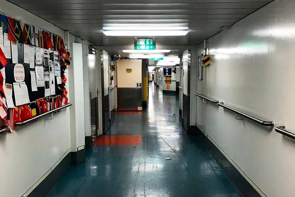 Так выглядит главный коридор дляперсонала рано утром, авобычное время внем толпы спешащих сотрудников, тележки ичемоданы. Впервый день ядолго кружила понему, когда искала свою каюту