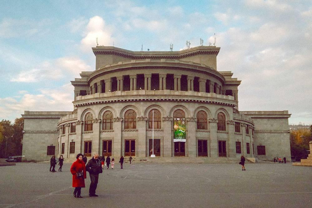 От театра оперы и балета до площади Республики можно прогуляться по Северному проспекту — модной и оживленной пешеходной улице