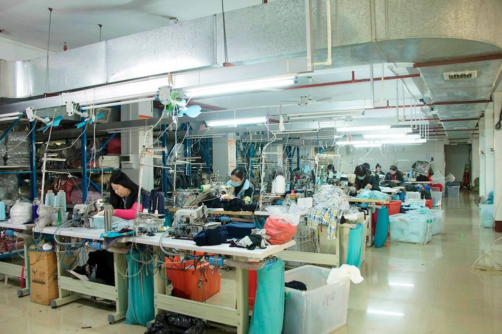 Наши менеджеры проводят на фабриках большую часть времени — проводят переговоры, контролируют производственный процесс, проверяют качество товара. На фото цех по производству одежды