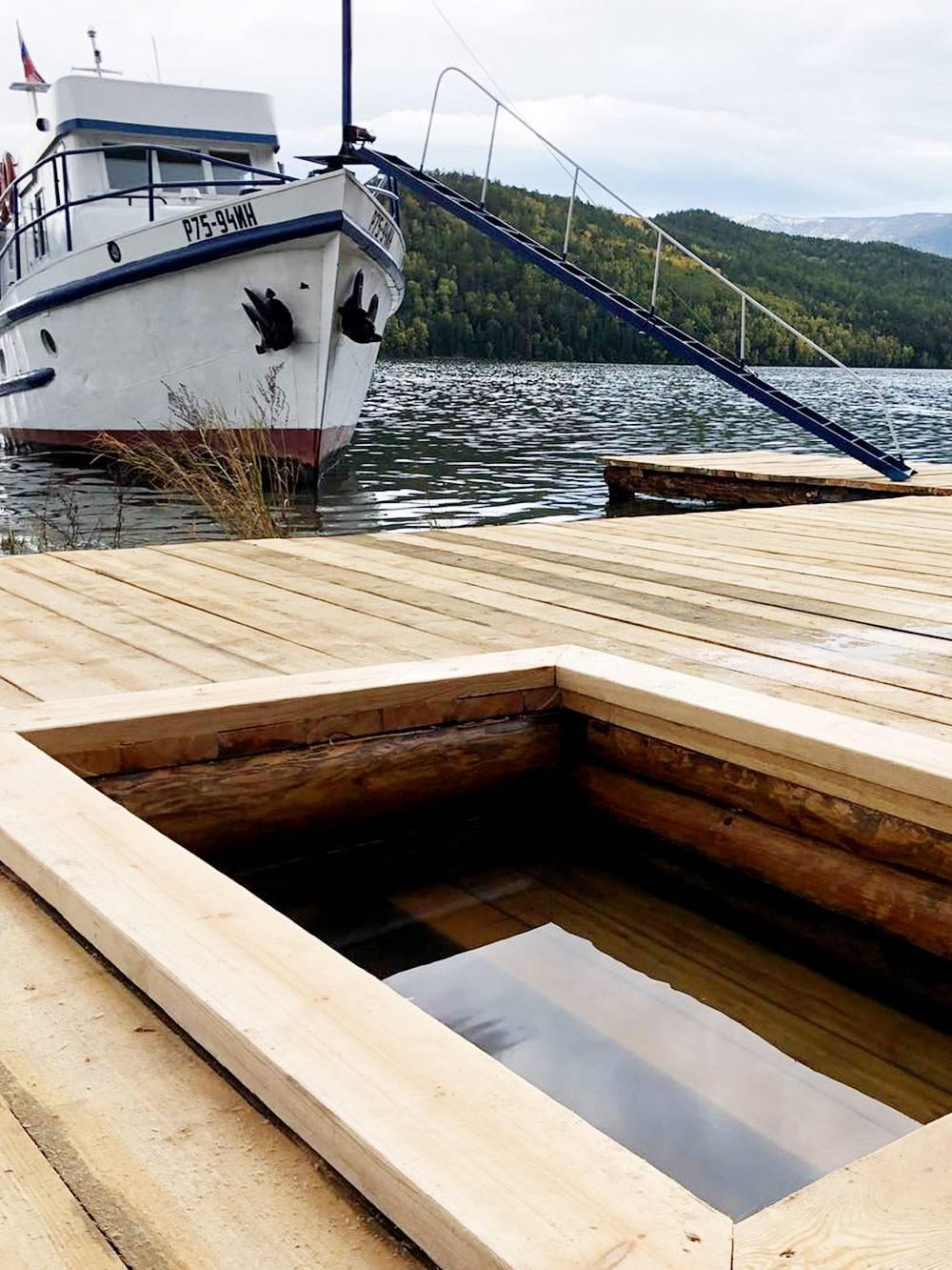 Срубы с горячей водой построили у берега. Если туристы прибывают в бухту Змеевую по воде, то окунаются сразу с катера. Фото: barguzin_tur
