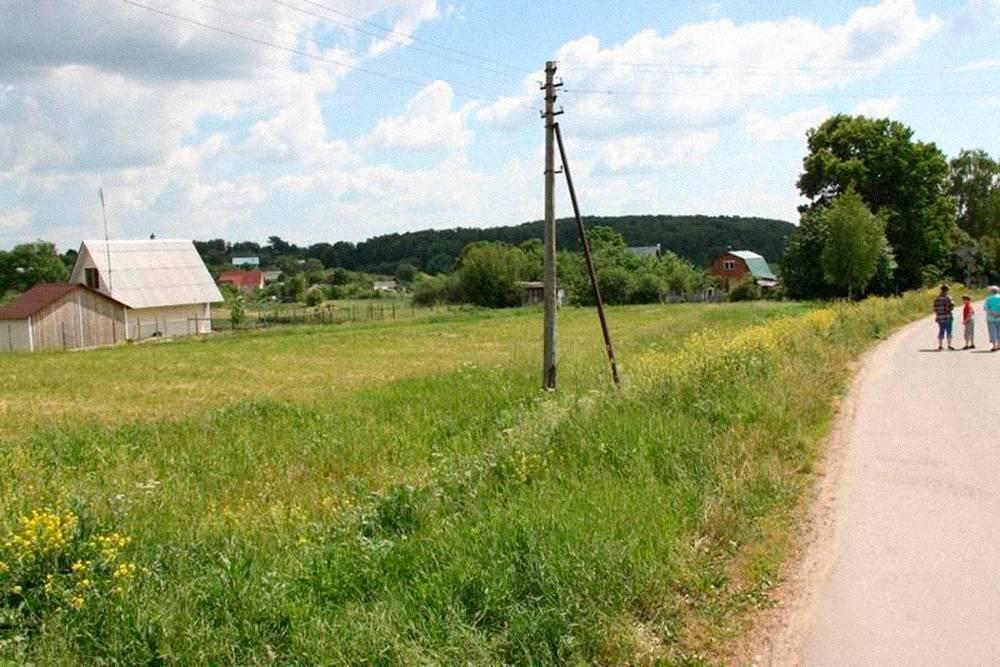 Участок на 12 соток со всеми коммуникациями в той же деревне. Цена — 800 000<span class=ruble>Р</span>