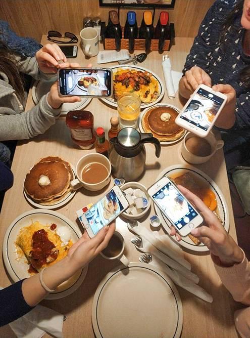 Закусочная Ihop весь день предлагает типично американские завтраки: блинчики, бекон, яйца. Порции огромные. Стоимость блюда по акции — от 5$ (376<span class=ruble>Р</span>)