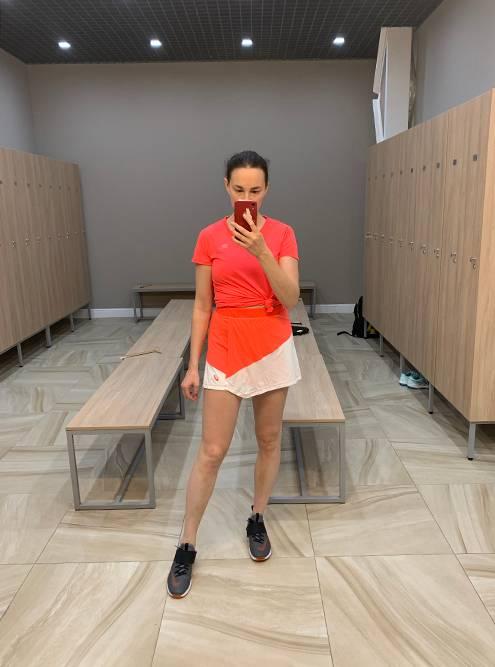 Дополнила юбку топом и футболкой из «Декатлона». Тон отличается по цвету, но не сильно
