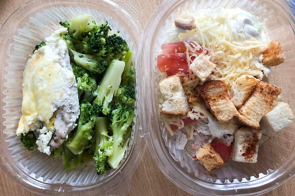Мой обед — брокколи с куриным филе и цезарь. Л. начал есть свой, пока я писала письмо