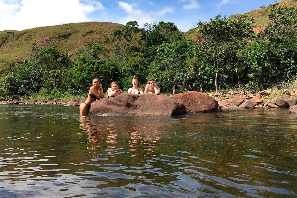 Все места стоянок находились рядом с водоемами, поэтому купались мы ежедневно. Это день второй, полдень, +33 °C