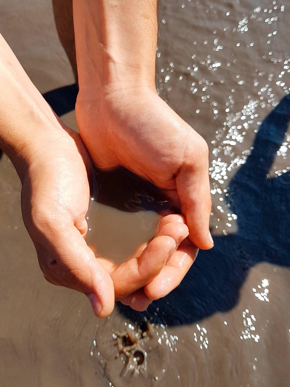 Вода в Манжерокском озере грязно-коричневая