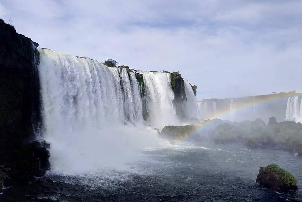 На этом фото только малая часть водопадов. Всего комплекс состоит из 275водопадов разной высоты иширины