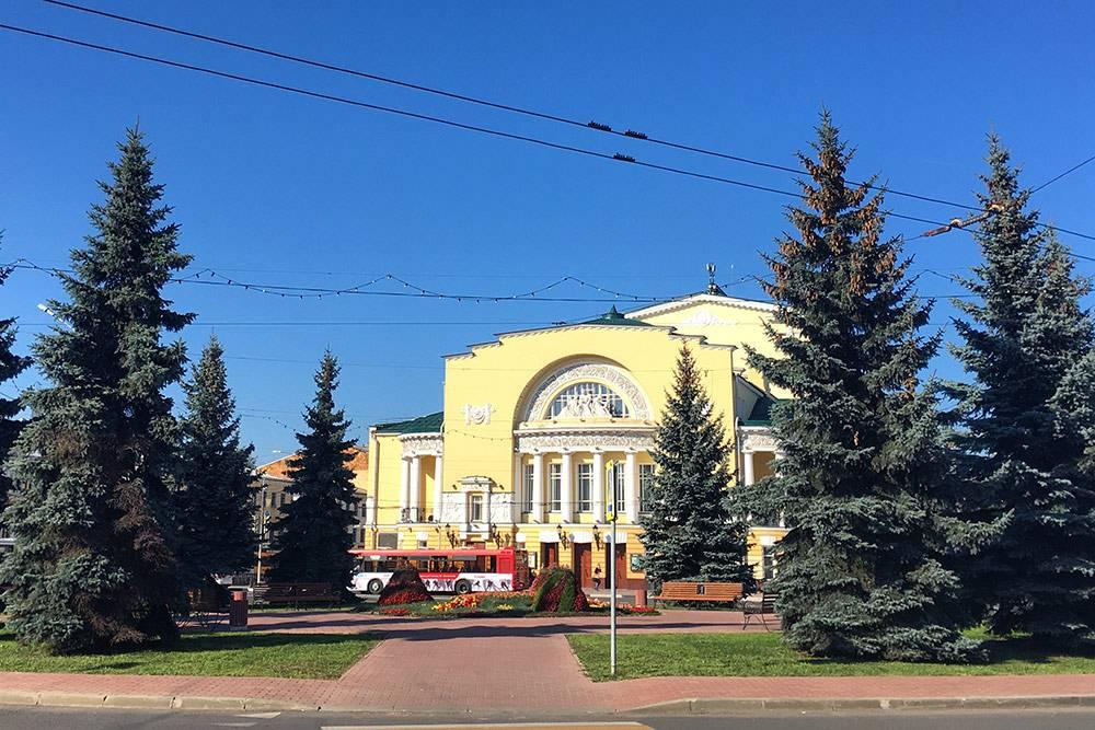 Нынешнее здание театра возвели в 1911 году. Раньше тут было более скромное строение, которое называли театральной хороминой