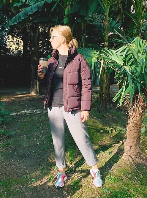 Основная одежда в Сочи зимой — футболка, легкие штаны и кроссовки. Когда холодает, поверх футболки я надевала куртку