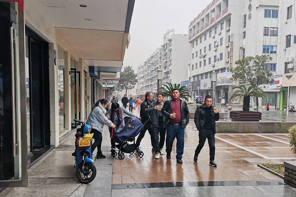 Местные жители гуляют по одной из улиц на моем острове