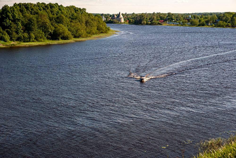 В теплую погоду в реке купаются. На этом берегу Волхова почти везде удобный вход в воду