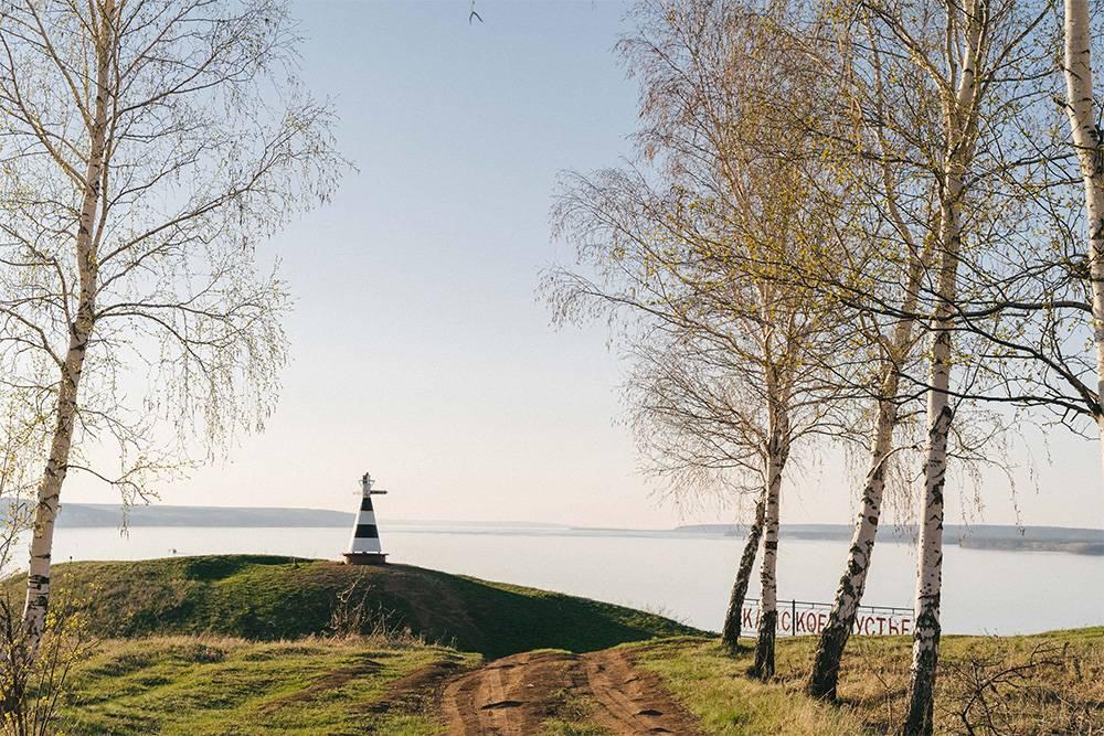 Не так давно на горе Лобач установили стелу в виде маленького маяка, который указывает, в какую сторону течет Волга, а в какую — Кама