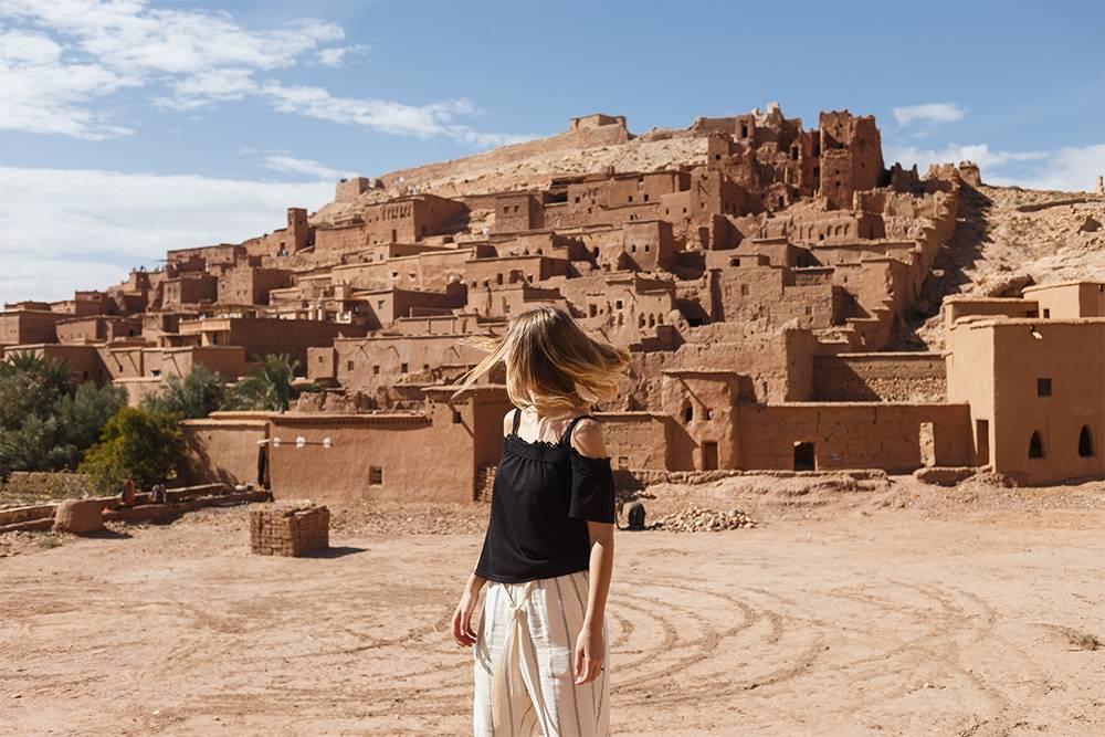Крепость Айт-Бен-Хадду стала популярной после съемок сцен длясериала «Игра престолов». Специально дляних восстановили полуразрушенные стены. Сейчас это хороший пример того, как выглядели древние марокканские поселения