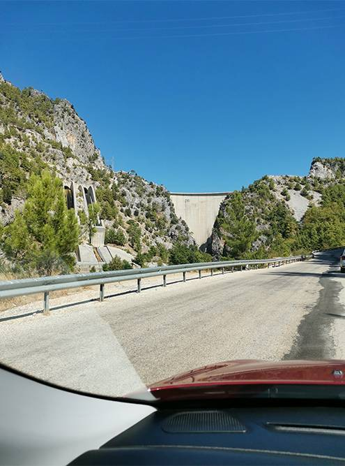 Вид на дамбу приподъезде к Зеленому каньону