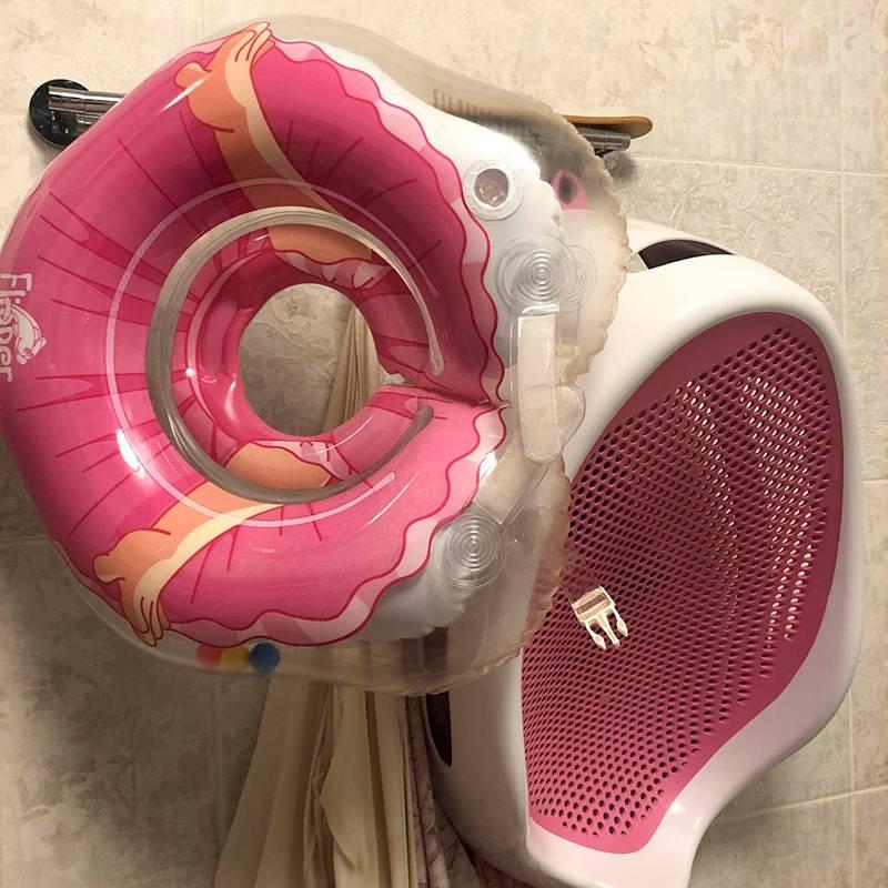 Этот круг надевается на шею ребенку, и тот сам плавает в ванне