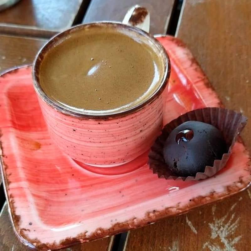 Чашка кофе, сваренного в турке на горячем песке, стоит в кафе от 9 TRY (90<span class=ruble>Р</span>)