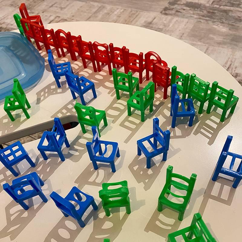 Дочь строит башни из купленных стульчиков