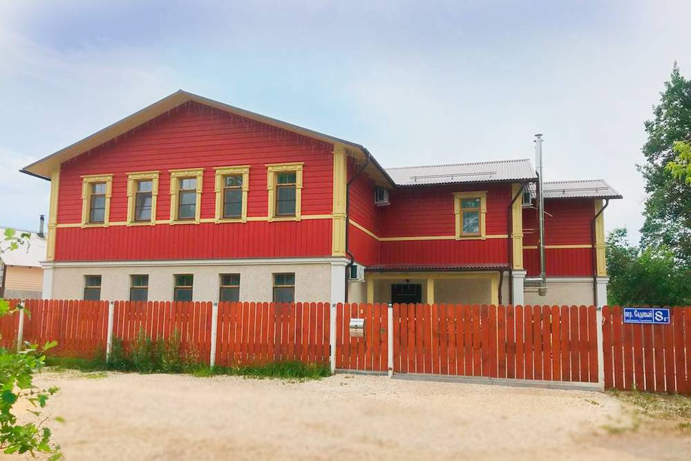 Всего в&nbsp;домах 15&nbsp;номеров и&nbsp;апартаментов, цена за&nbsp;номер — от&nbsp;2000&nbsp;<span class=ruble>Р</span> в&nbsp;сутки, включая завтрак