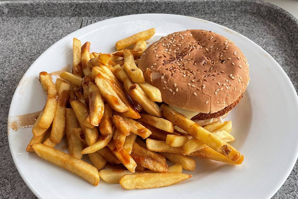 Мой бургер с курицей и картофелем фри