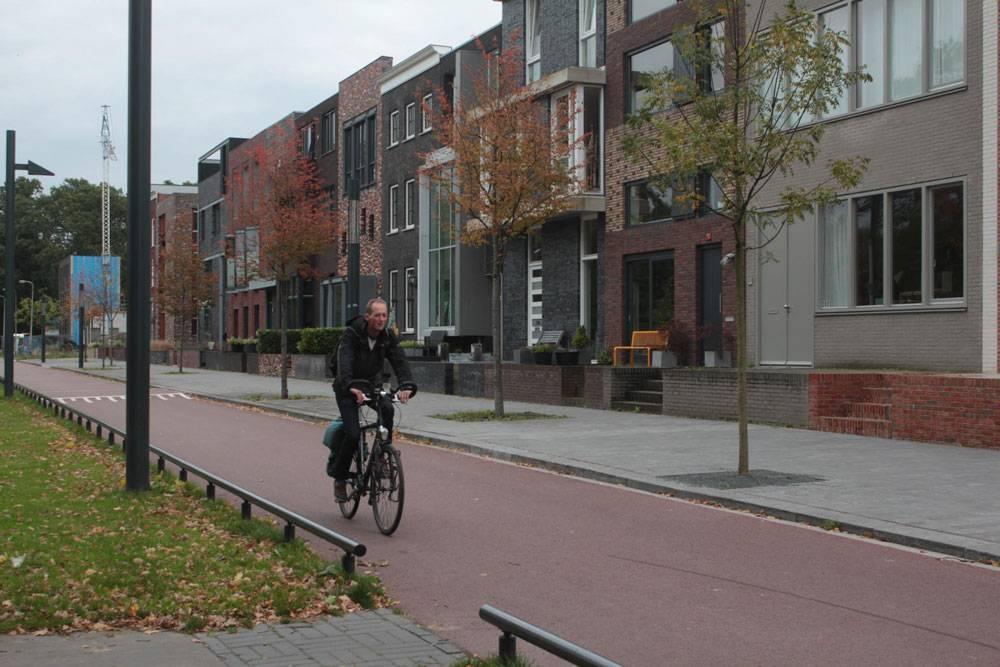На некоторых улицах только тротуар и велодорожка. На машине к этим домам не подъехать