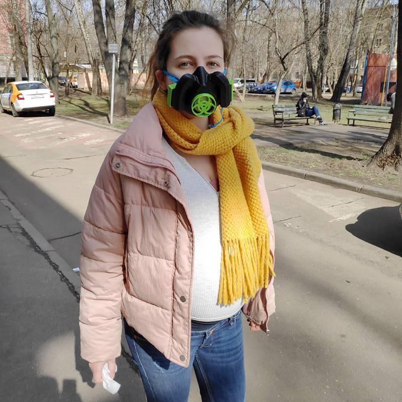 Это я с огромным животом и в самодельной маске, которую мой пасынок сделал на 3D-принтере: последние месяцы беременности и роды выпали как раз на первый локдаун