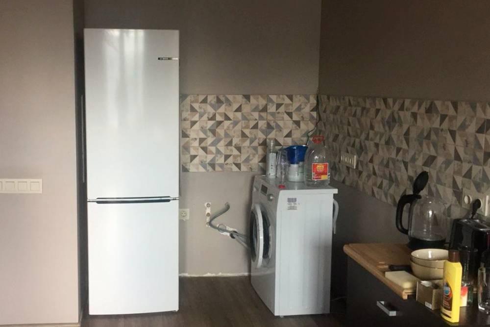 Это наша кухня после ремонта. Холодильник потом так иостанется стоять, астиральная машина сдвинется дальше откороткой стены