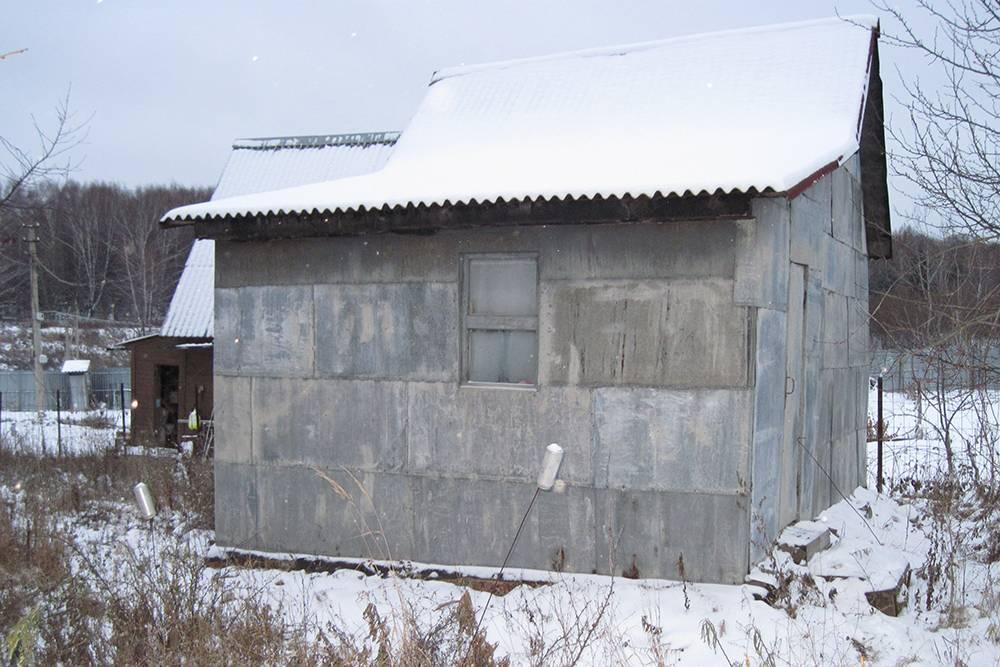 Это деревянный летний домик на нашем участке, обшитый железными листами. У него нет фундамента, поэтому по документам это хозяйственный сарай