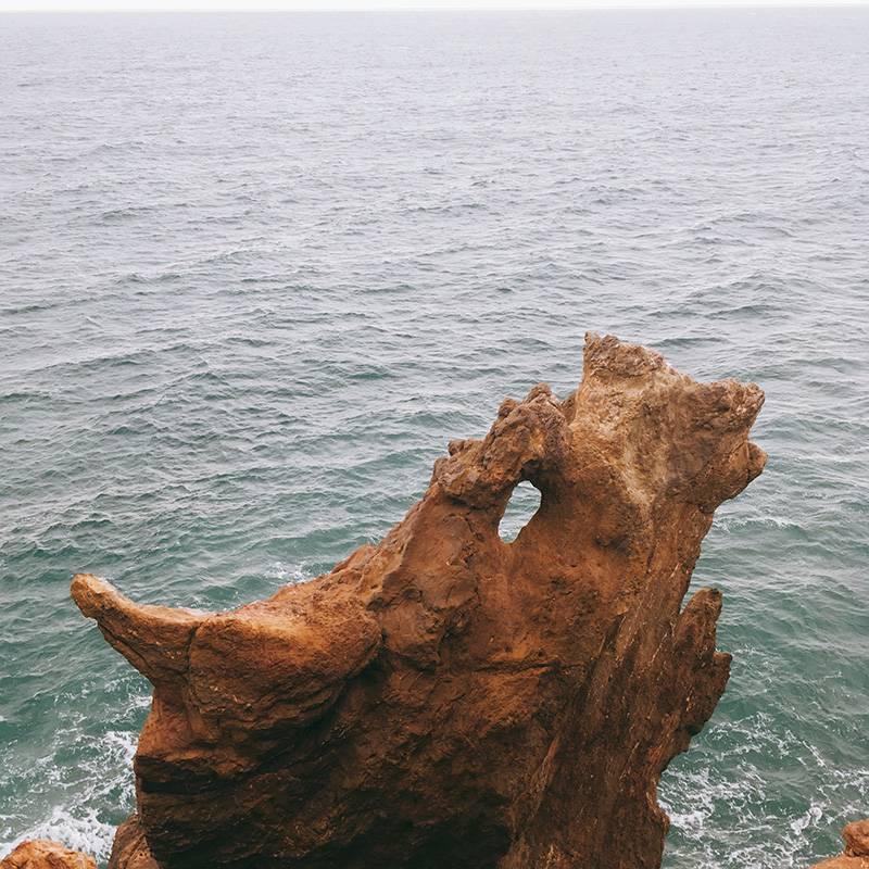 Отверстие в камне — глаз дракона, выступ слева — его нос, а с другой стороны — рог