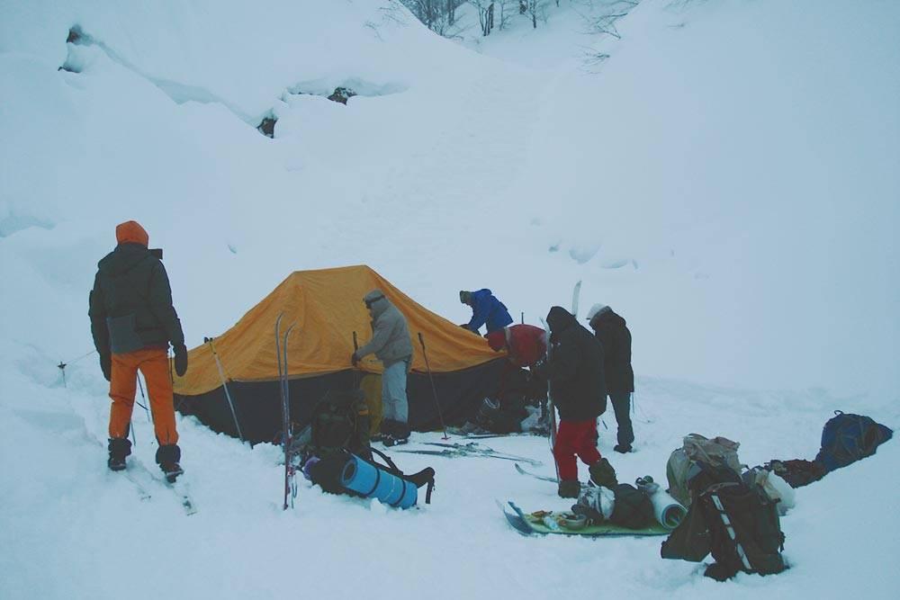 Палатка с печкой. Вней мы спали всей группой — ввосьмером