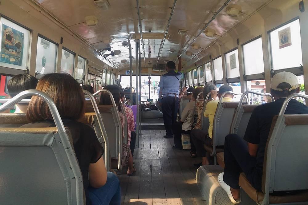 Это городской автобус в Бангкоке изнутри. Кондиционеров нет, а на полу лежат деревянные доски