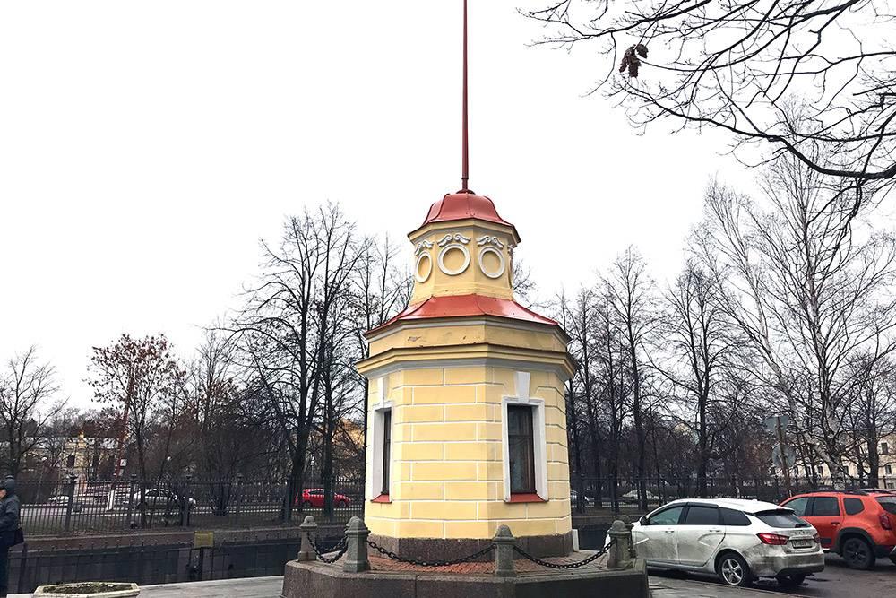 Здание мареографа — ориентир, где искать футшток и памятник блокадной колюшке