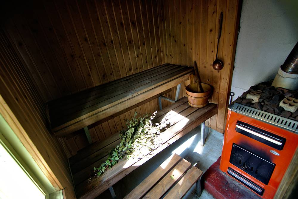 Сауна внутри: место для одного-двух человек, березовый веник, ковшик для воды, печь и раскаленные камни, которые дают пар. Источник: acaiazzo / Flickr