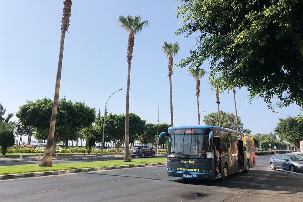 Билет на городской автобус покупают у водителя за наличные и сохраняют до конца поездки. Пересесть по нему на другой автобус нельзя