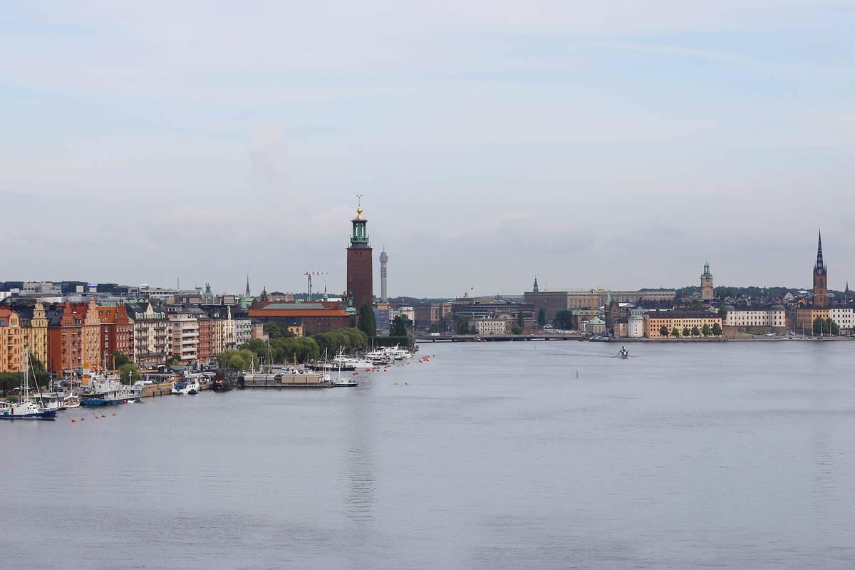 Отличный вид на город открывается с моста Вастерброн, соединяющего острова Сёдермальм и Кунгсхольмен. Вдалеке справа — старый город, слева возвышается ратуша, под ногами — залив Риддарфьерден