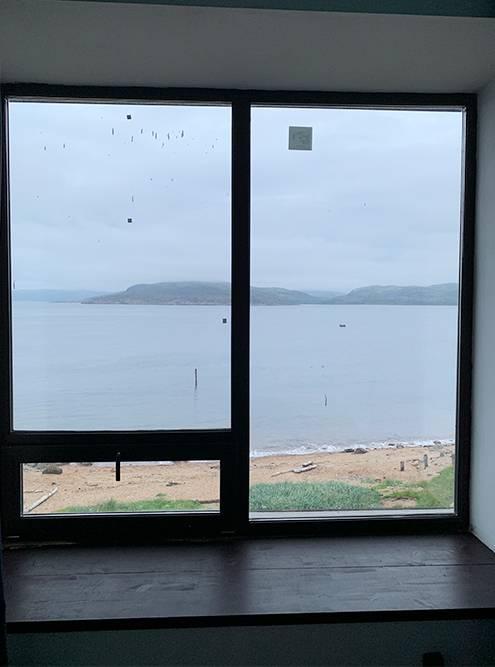 Вид из окна отеля. Никогда еще не жила так близко к морю, пусть и к Баренцеву