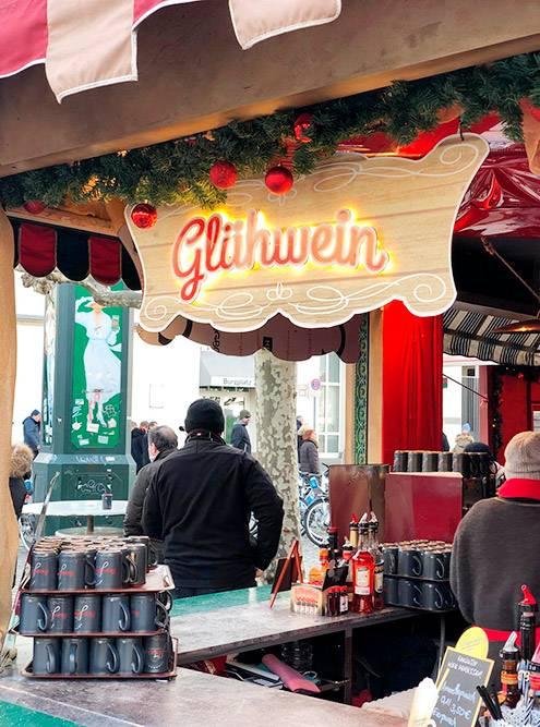Зимой лавки с глинтвейном стоят по всему центру. Но самые яркие киоски — на рождественской ярмарке на площади Марктплац