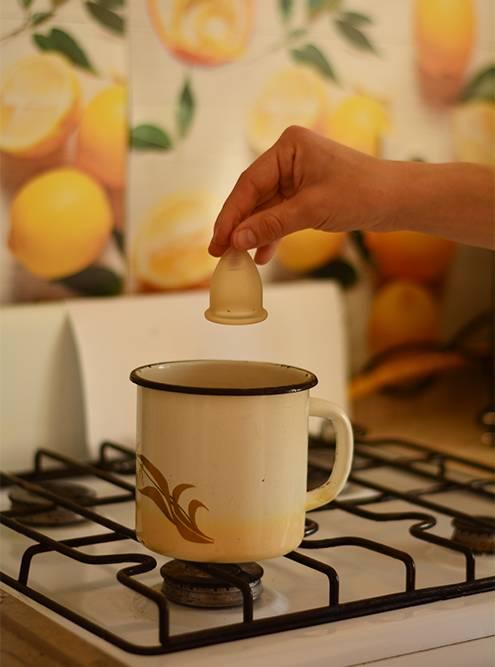 Я кипячу чашу в эмалированной кружке. Это удобнее, чем в кастрюле, и габариты подходят