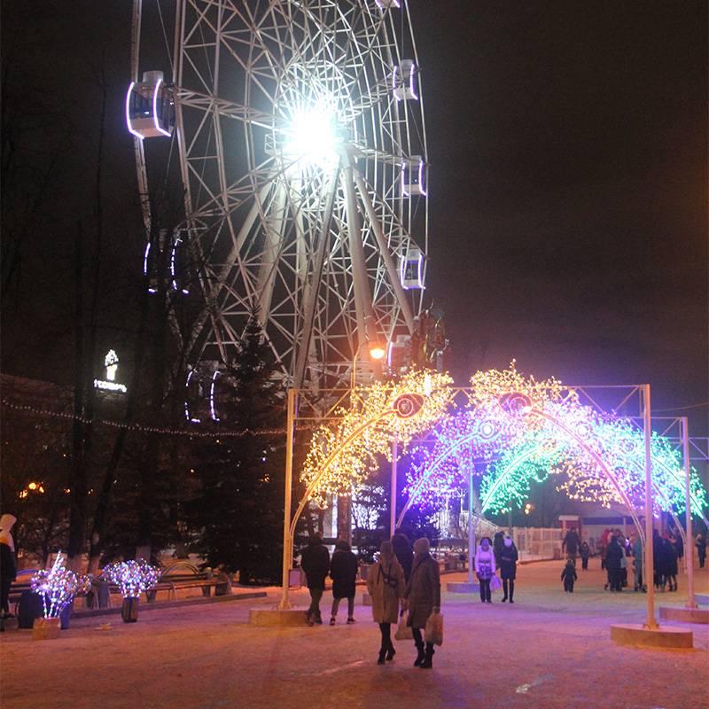 Зимой в парке развлечений можно погонять на автодроме и прокатиться на колесе обозрения. Источник: Сергей Тиняков