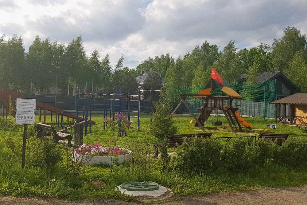 Поселок у нас закрытый, дороги в нем асфальтированные. Есть детские площадки, футбольное поле, каток. Но всеравно это дача