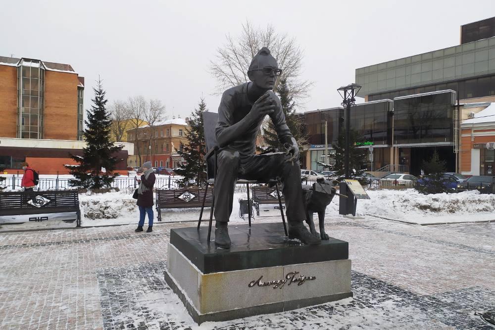 Скульптура Леонида Иовича довольно большая — кажется, что он строго смотрит на тебя сверху вниз