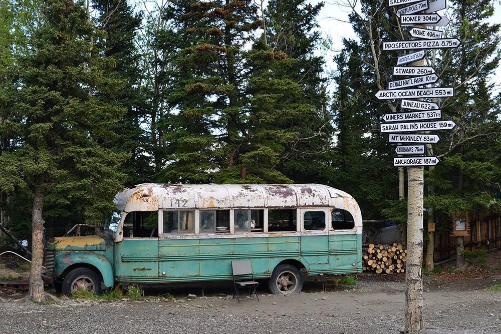 Туристы фотографировались возле автобуса, как это делал и сам Кристофер