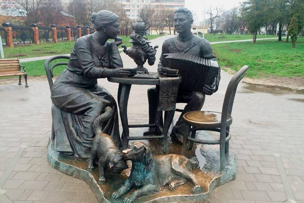 В 600 метрах от музея, рядом с остановкой «Московская застава», стоит скульптура «Тульское чаепитие». Она изображает три символа Тулы: самовар, печатный пряник и гармонь. В городе есть большая фабрика гармоней