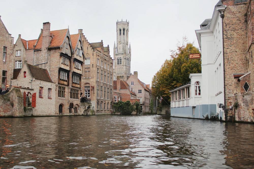 Брюгге часто называют Северной Венецией, обязательно стоит взять экскурсию на прогулочной лодке