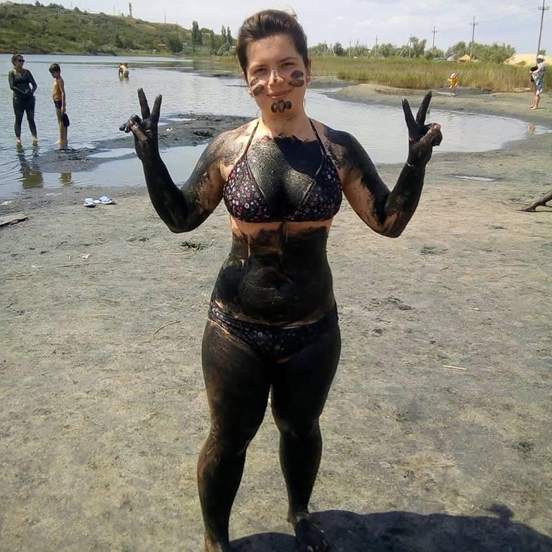 Обмазаться грязью и окунуться в воду можно и в Голубицком грязевом озере рядом с пляжем. Вулканическая грязь лежит на дне, она вязкая и похожа на средство дляпилинга