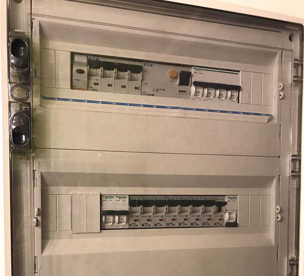 Электрощиток с индикатором в левом верхнем углу. Лампочка загорится, когда включится частный генератор