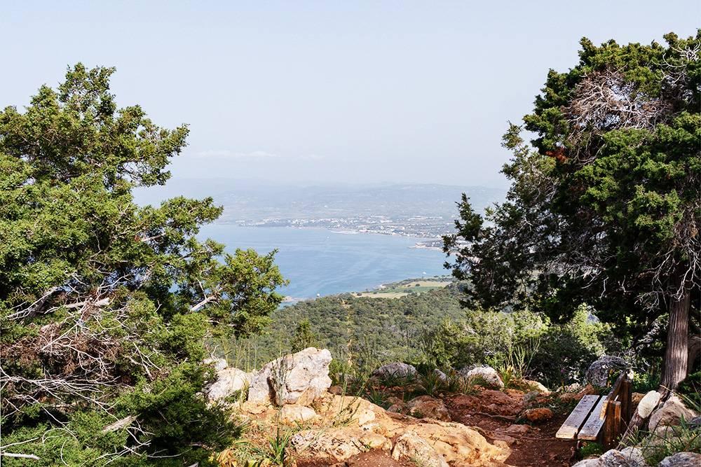 Вид на деревню Лачи с туристической тропы, идущей возле ванн Афродиты